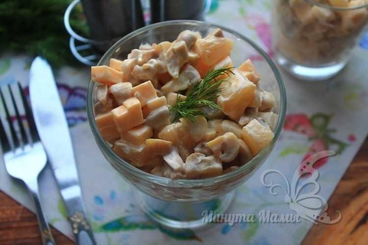 салат с курицей и ананасами с сыром