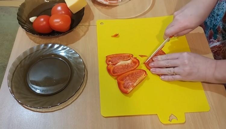 Нарежьте перец
