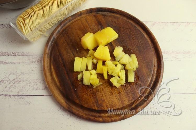 нарежьте ананас