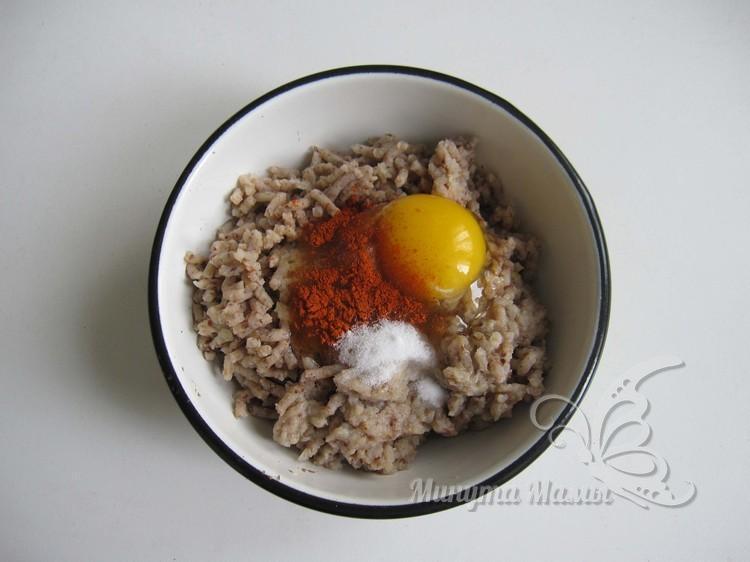 добавить специи и яйцо