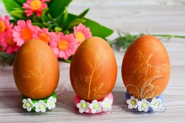 Покраска яиц в луковой шелухе с рисунком
