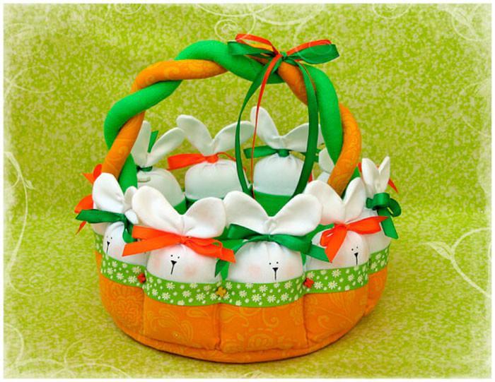 кролики на корзинке