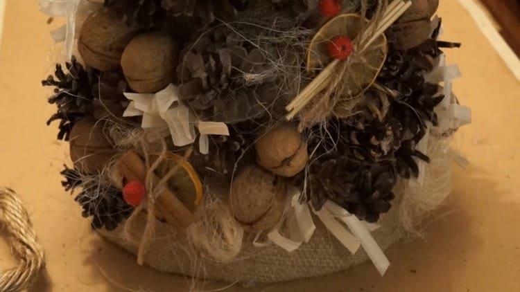 Из фруктов, ягод и палочек делаем украшения