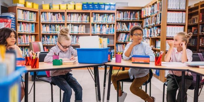 дети на дне школьного библиотекаря