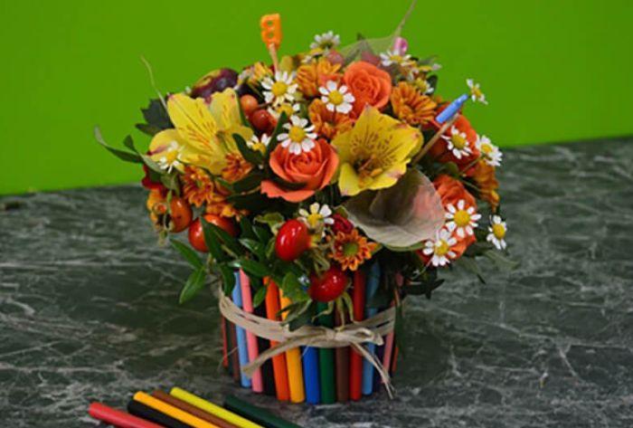 композиция для учителя из цветов и карандашей