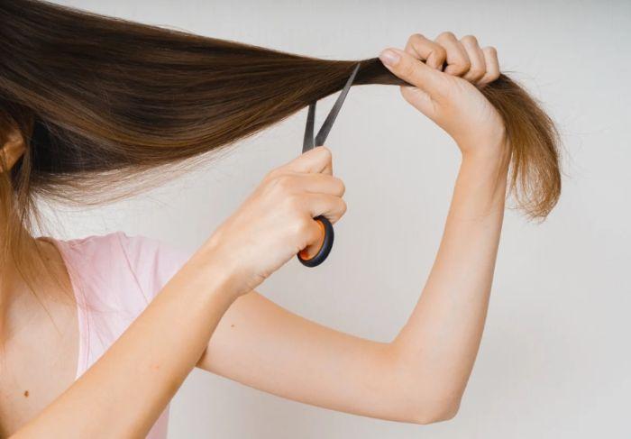 стричь волосы себе