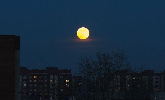 луна мна небе вид из окна