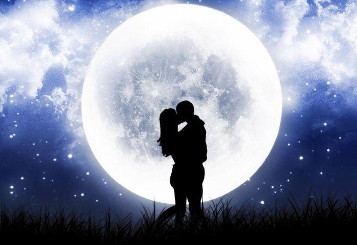 пара на фоне луны романтика