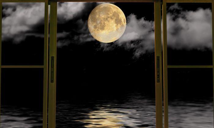 красивая луна в окне