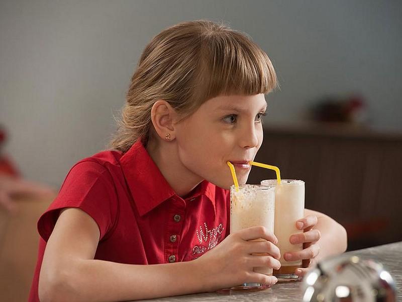 ребенок пьет кислородный коктейль